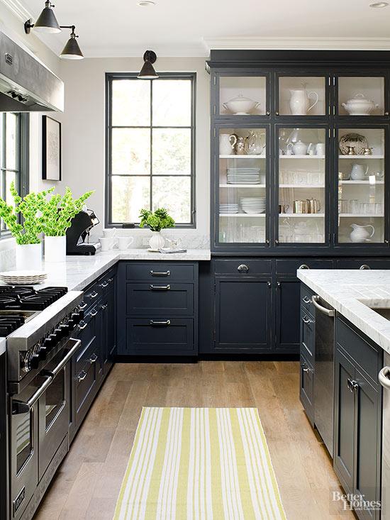 cocina con muebles negros y marmol blanco