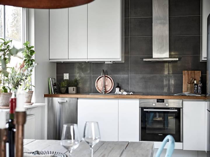 pared negra azulejos cocina